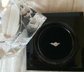 【ラザール ダイヤモンド(LAZARE DIAMOND)の口コミ】 デザインが気に入っています。指が短いので、V字のリングは指を長く見せて…
