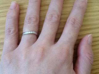 【エクセルコダイヤモンド(EXELCO DIAMOND)の口コミ】 カーブをしている指輪が欲しかったのと、派手すぎない程度に石がついている…