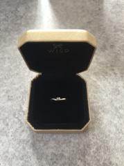 【ウィスプ(WISP)の口コミ】 主人が誕生日に婚約指輪をくれました。決め手はブルーダイヤが入っていた所…