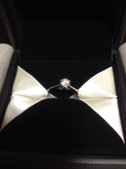 【エクセルコダイヤモンド(EXELCO DIAMOND)の口コミ】 全体的に細くて、中心の石に向かって細くなるところがとても気に入りました…