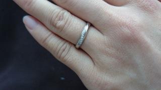 【4℃(ヨンドシー)の口コミ】 この指輪の購入の決め手は、シンプルだけど、石が入っているので高級感も…