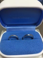 【銀座ダイヤモンドシライシの口コミ】 最初は色々な指輪を見て悩みながら選んでいたのですが、シンプルなデザイン…