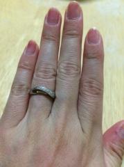 【4℃(ヨンドシー)の口コミ】 色々試着した中でカーブが交差する形がこの指輪のみで、自分の指を一番綺…