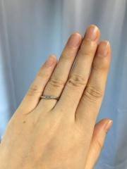 【ラザール ダイヤモンド(LAZARE DIAMOND)の口コミ】 中央にダイヤがあるので結婚指輪だけれど少し華やかに見えて綺麗だったため…