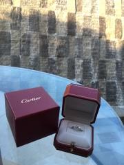 【カルティエ(Cartier)の口コミ】 もともと華奢なデザインが好きで、シルバーよりもゴールド派の私。 婚約指…
