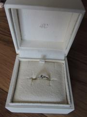 【4℃(ヨンドシー)の口コミ】 指が短いので細身でデザインがシンプルな物を探していました。ダイヤモン…