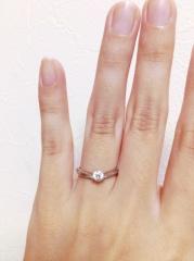 【アイプリモ(I-PRIMO)の口コミ】 中央のダイヤが大きくて素敵!と思わず一目惚れしてしまいました。V字の丸…