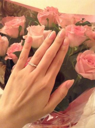 【ROYAL ASSCHER(ロイヤル・アッシャー)の口コミ】 デザインは一見王道ではありますが、他の指輪よりも煌びやかに輝き、手元…