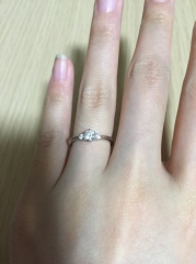 【銀座ダイヤモンドシライシの口コミ】 婚約指輪なので、デザインがあってシンプルすぎず、ダイヤモンドが大きめ…