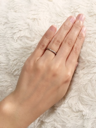 【4℃(ヨンドシー)の口コミ】 シンプルなデザインで婚約指輪と一緒につけていても違和感がなくフィット感…