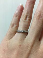 【4℃(ヨンドシー)の口コミ】 ダイヤが付いていて、ストレートではなく女性らしいラインのリングにした…