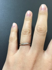 【4℃(ヨンドシー)の口コミ】 真ん中部分が少しカーブしているようなデザインです。指が太いので、細く見…