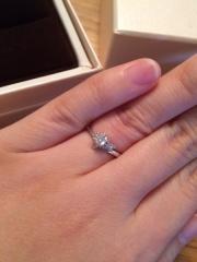 【アイプリモ(I-PRIMO)の口コミ】 婚約指輪といえば定番の一粒ダイヤ、と悩みましたが、指がそれほど長くなく…