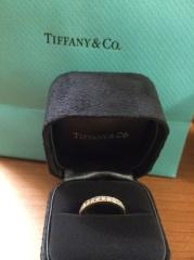 【ティファニー(Tiffany & Co.)の口コミ】 エンゲージリングとの重ね付けをする予定だったので、エンゲージリングとの…