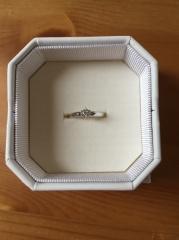 【4℃(ヨンドシー)の口コミ】 昔から王道のシンプルなダイヤモンドの婚約指輪に憧れていました。 ダイヤ…