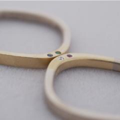 【mina.jewelry(ミナジュエリー)】側面に石を入れたマリッジリング