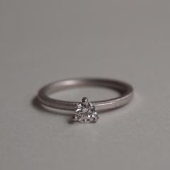 【mina.jewelry(ミナジュエリー)】三本爪のエンゲージリング