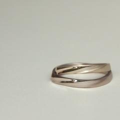 【mina.jewelry(ミナジュエリー)】ひねりの曲線がきれいなマリッジリング