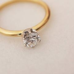 【mina.jewelry(ミナジュエリー)】イエローゴールドとプラチナのエンゲージリング