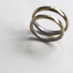 【mina.jewelry(ミナジュエリー)】ひねりに沿って色を切り替えたマリッジリング