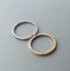 【mina.jewelry(ミナジュエリー)】側面に刻印と誕生石を入れた結婚指輪