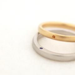【mina.jewelry(ミナジュエリー)】誕生石を一つずついれた結婚指輪