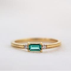 【mina.jewelry(ミナジュエリー)】エメラルドのエンゲージリング