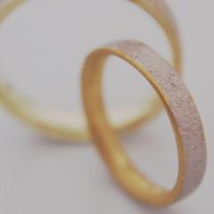 【mina.jewelry(ミナジュエリー)】内側と外側、2色のマリッジリング