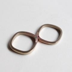 【mina.jewelry(ミナジュエリー)】側面に誕生石を留めたマリッジリング