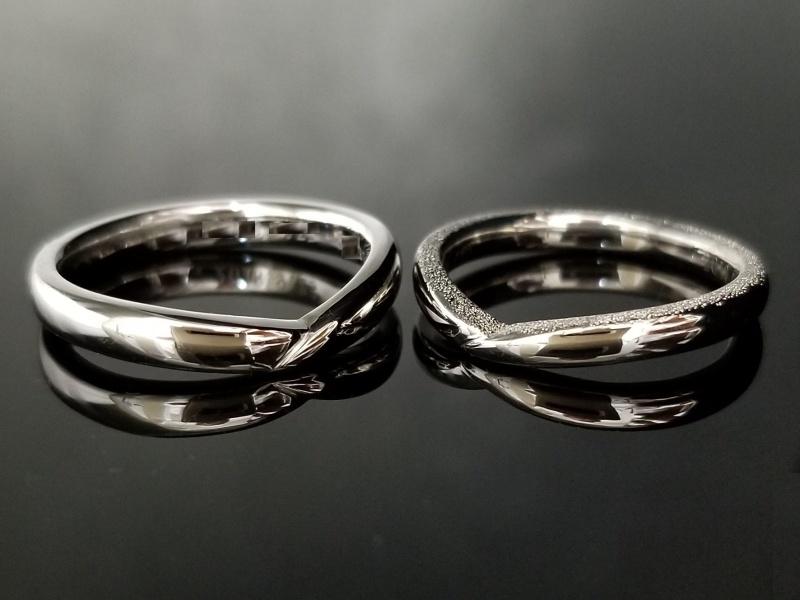 【TANZO(タンゾウ)】鍛造製法で鍛え丸みをつけたV字デザインの結婚指輪