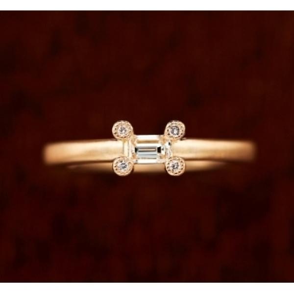 【BIJOUPIKO(ビジュピコ)】<pipi>ダイヤを留める爪に4ピースのダイヤを乗せ大人可愛い遊び心ある婚約指輪