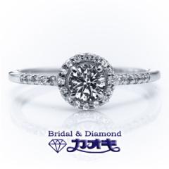 【カオキ ダイヤモンド専門卸直営店 】囲みメレの豪華なリングは、細身のアームとのバランスで可憐な女性らしさを。SN-9