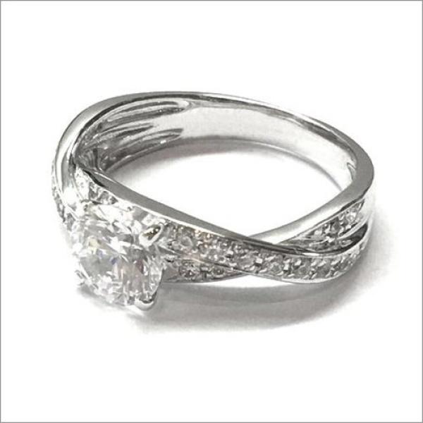 【WATANABE / 卸商社直営 渡辺】[WATANABE]1ctダイヤを包み込むデザインが指元を華やかに装う。