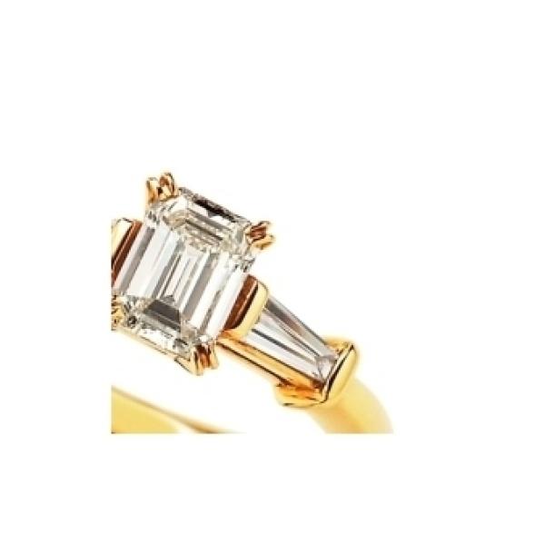 【VANillA(ヴァニラ)】<siena>エメラルドカットダイヤ×テーパードカットダイヤのシャープな婚約指輪