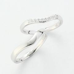 【パルテ熊本】女性らしい柔らかな印象のV字ライン。9石の存在感あるメレダイヤは大人花嫁に人気