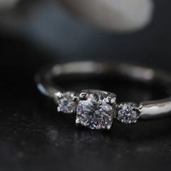 【uchimari(ウチマリ)】ダイヤモンドを並べたエンゲージリング