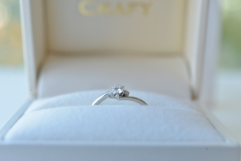 【CRAFY(クラフィ)】☆サプライズプロポーズ☆婚約指輪 PT900 【ウェーブ抱え込み】
