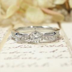 【ATELIER Hu・lala(アトリエ・ウララ)】【リボンの婚約指輪】ミル打ちリボンにメレダイアをプラスして華やかに☆