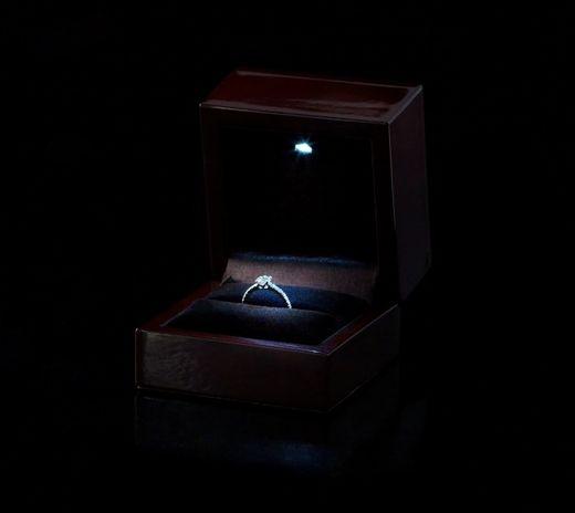 。・*:サプライズでプロポーズをお考えの男性様へ 【 LEDリングケースプレゼント 】:*・゜