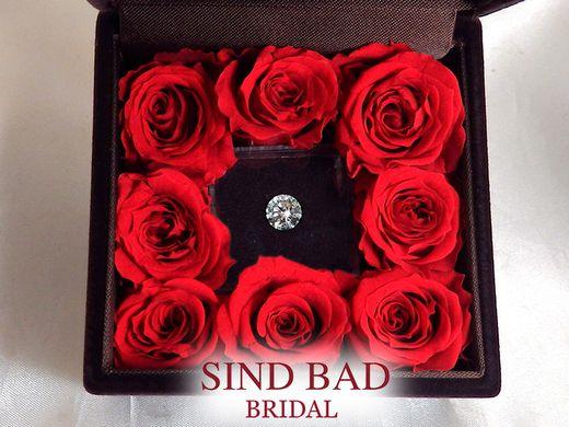 サプライズプロポーズ!ダイヤモンドでプロポーズ。バラのケースをプレゼント。