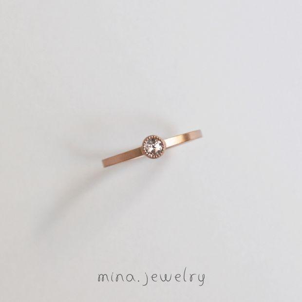 【mina.jewelry(ミナジュエリー)】控えめに輝くエンゲージリング