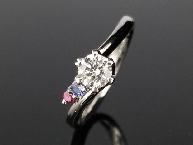 【TANZO(タンゾウ)】お二人の誕生石を脇石に添えた婚約指輪