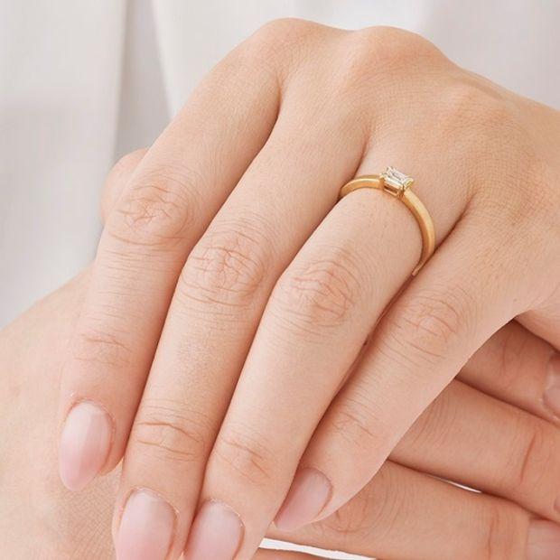 【ORECCHIO(オレッキオ)】オレッキオ人気№1!エメラルドカットダイヤを横向きにして2本爪で留めたシンプルだけどこだわりの詰まった婚約指輪 <aman>AE‐1302‐K