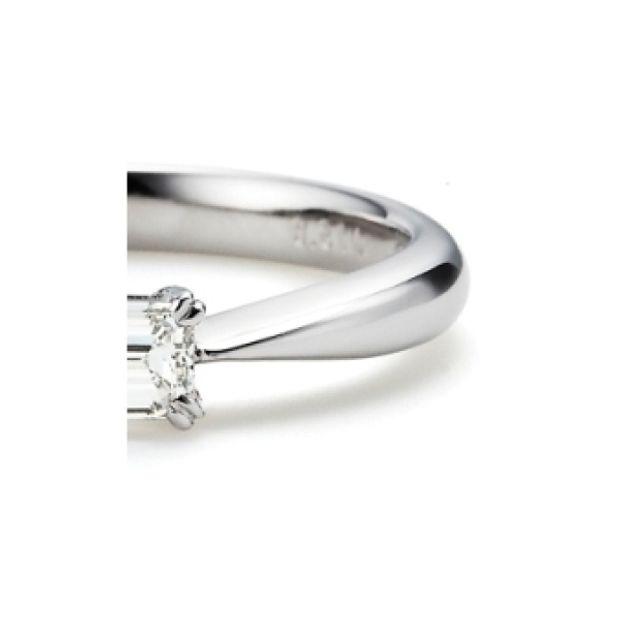 【ORECCHIO(オレッキオ)】<pipi>婚約指輪 エメラルドカットダイヤの輝きが際立つシンプルなデザイン