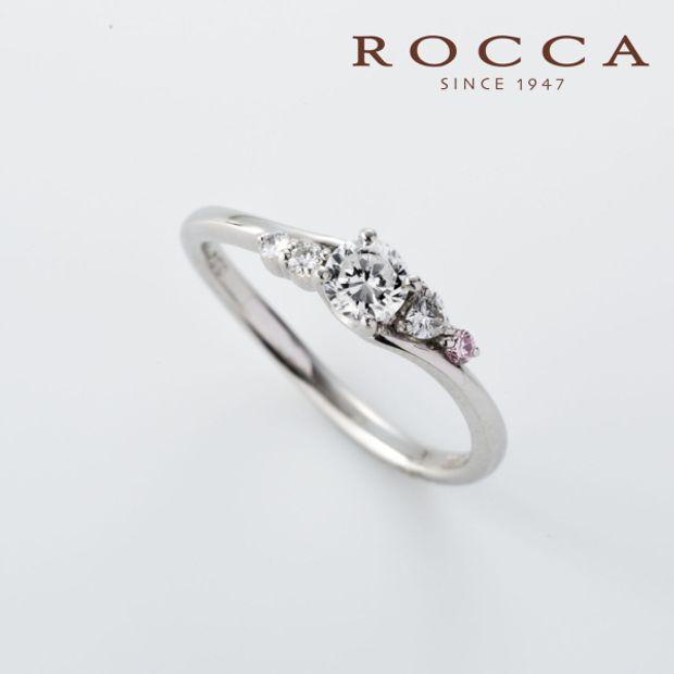 【ROCCA(ロッカ)】【ROCCA】さりげないピンクダイヤが可愛い!S字のエンゲージリング