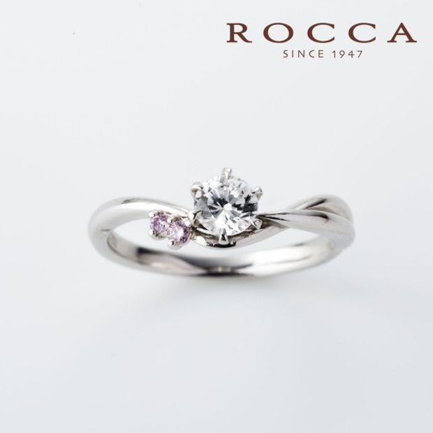 【ROCCA(ロッカ)】【ROCCA】さりげないピンクダイヤが可愛い!V字のシンプルエンゲージリング