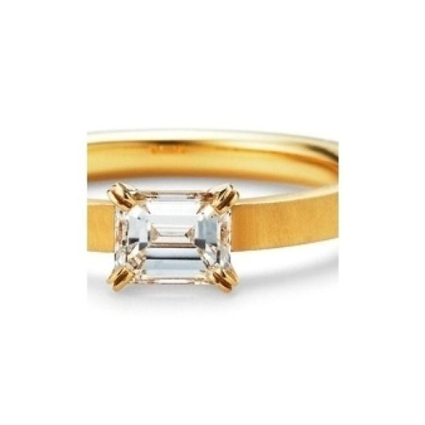 【GRACIS(グラシス)】<aman>婚約指輪 エメラルドカットダイヤが映えるオレッキオの代表作