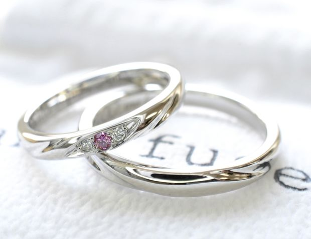 【湘南彫金工房 andfuse】手作り結婚指輪デザインワックスコース】ピンクダイアモンドをセンターにセットした可愛らしい手作り結婚指輪