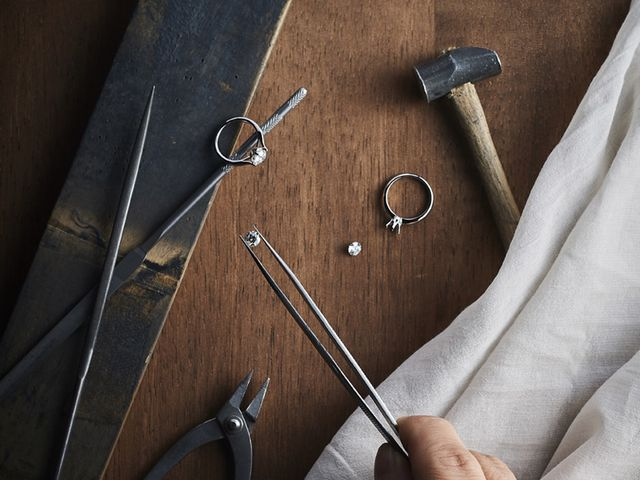 """【お客様のリングを作る】 ダイヤモンドを留める爪も、輝きがさらに引き立つように極小の爪でバランス良くセッティングしています。世界から""""ジャパンクオリティ""""と称される、熟練の職人の手でしか実現できない精巧な技術の数々が、リングの輝きを極みまで高めています。"""