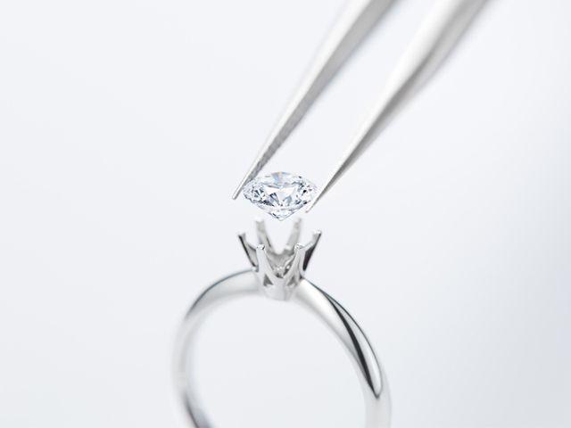 【ダイヤモンドをお選びいただく(婚約指輪のみ)】 カットの最高評価「3 Excellent HEART & CUPID」にこだわった美しい輝きを誇るセンターダイヤモンド。ブライダルリング専門店としての審美眼で、最高品質のダイヤモンドを選び抜いています。